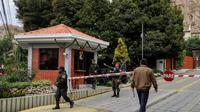 La police bolivienne tient un checkpoint près de l'ambassade du Mexique à La Paz, le 27 décembre 2019 [Jorge Bernal / AFP]