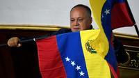 La président de l'Assemblée nationale constituante (ANC), Diosdado Cabello, brandit un drapeau du Venezuela lors d'une session, le 12 août 2019 à Caracas [Federico Parra / AFP]