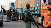 Des soldats mutins contrôlent des véhiculent à Bouaké le 14 mai 2017 [ISSOUF SANOGO / AFP]