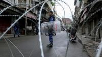 Des policiers bloquent une rue de Jammu, avant la prière du vendredi, le 9 août 2019 au Cachemire [Rakesh BAKSHI / AFP]