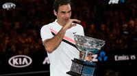 Roger Federer ému aux larmes après avoir remporté l'Open d'Australie aux dépens de Marin Cilic, le 28 janvier 2018 à Melbourne [SAEED KHAN / AFP]