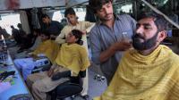 Un Pakistanais se fait raser la barbe, dans la ville de Bannu près du Waziristan du nord, le 6 juillet 2014 [Karim Ullah / AFP]