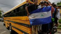 Des proches d'Orlando Cordoba, 14 ans, tué d'une balle dans la poitrine durant une marche de soutien à Managua aux mères dont les enfants ont été tués dans les manifestations précédentes, à ses funérailles le 1er juin 2018 [Inti OCON / AFP]