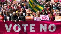 Des militants anti-IVG manifestent dans les rues de Dublin, le 12 mai 2018, avant le référendum du 25 mai qui pourrait supprier l'interdiction de l'avortement datant de 1983 [Artur Widak / AFP]
