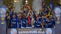 Les joueurs de Strasbourg  en liesse brandissent la Coupe de la Ligue après leur victoire en finale face à Guingamp le 30 mars 2019 à Villeneuve d'Ascq [Philippe HUGUEN                      / AFP]