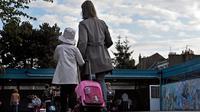 Une mère accompagne sa fille à l'école [Philippe Huguen / AFP/Archives]