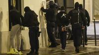 """La police interpelle des """"gilets jaunes"""" dans les rues de Paris, le 8 décembre 2018 [Lucas BARIOULET / AFP]"""
