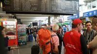 Des voyageurs dans le hall de la gare Montparnasse à Paris, après une interruption de trafic, le 30 juillet 2017 [JACQUES DEMARTHON / AFP]
