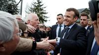 Le président français Emmanuel Macron salue la foule, le 14 mars 2018 à Tours  [BENOIT TESSIER / AFP/Archives]