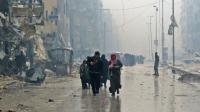Des civils fuient un quartier d'Alep-Est repris par le régime, le 13 décembre 2016.