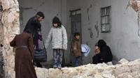Des habitants d'Alep en fuite, dans un immeuble détruit, mercredi 30 novembre 2016.