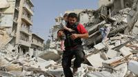 Un civil fuit les bombardements à Alep, où les combats reprennent, le 21 septembre 2016.