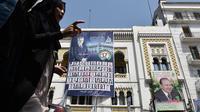 Des affiches électorales à Alger, où les électeurs sont appelés à renouveler le parlement.