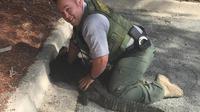 Pas peureux pour un sou, le policier a maîtrisé l'alligator à mains nues.