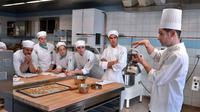 Un cours de pâtisserie.