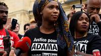 Dans son livre, Assa Traoré écrit que son frère «est mort parce qu'il s'appelait Adama Traoré et qu'il était noir».