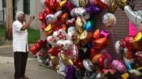 """Des admirateurs de la """"Reine de la Soul"""" viennent rendre hommage à Aretha Franklin devant l'église de son père à Detroit, Michigan, le 18 août 2018  [TIMOTHY A. CLARY / AFP]"""