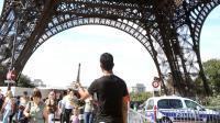 Une voiture de police le 16 août 2011 au pied de la Tour Eiffel [Pierre Verdy / AFP/Archives]