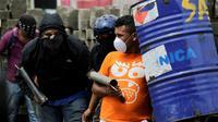 Manifestants antigouvernementaux armés de mortiers artisanaux lors d'affrontements avec la police anti-émeute etr de partsisans du gouvernement nicaraguyen dans la ville de Masaya le 19 juin 2018 [INTI OCON / AFP]