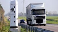 """Un camion passe devant une borne """"Ecotaxe"""" [Philippe Huguen / AFP/Archives]"""