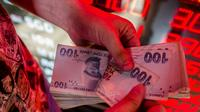 La livre turque en chute libre face au dollar, sur fond de crise diplomatique entre la Turquie et les Etats-Unis [Yasin AKGUL / AFP]