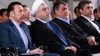 Une photo fournie par la présidence iranienne le 27 août 2019 montrant le président Hassan Rohani (deuxième à gauche) assistant à une cérémonie dans la capitale Téhéran [- / Iranian Presidency/AFP]