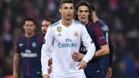 Cristiano Ronaldo (g) du Real Madrid et Edinson Cavani (d) du PSG, lors du match de l'UEFA au Parc des Princes le 6 mars 2018 [FRANCK FIFE / AFP]