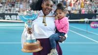 L'Américaine Serena Williams pose avec sa fille Olympia après avoir remporté le tournoi d'Auckland au détriment de sa compatriote Jessica Pegula, le 12 janvier 2019  [MICHAEL BRADLEY / AFP]