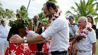 Le Premier ministre Edouard Philippe reçoit un collier de fleurs lors d'une cérémonie de bienvenue sur l'île de Tiga, le 3 décembre 2017 en Nouvelle-Calédonie [Fred Payet / AFP]