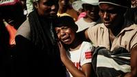 Ahlia Kumire (au centre), fille d'Ishmael Kumire, pleure la mort de son père tué dans la répression d'une manifestation de l'opposition, lors de ses obsèques dans le village de Chinamhora, à 45 km au nord-est d'Harare, au Zimbabwe, le 4 août 2018 [Zinyange AUNTONY / AFP]