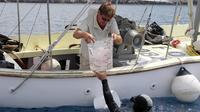 Un plongeur de l'Observatoire Océanologique de Villefranche-sur-Mer donne à un collègue une méduse capturée dans la Méditerranée, le 6 juillet 2012 [Valery Hache / AFP/Archives]