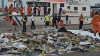 Des débris repêchés dans la mer, après l'accident de l'avion de Lion Air, dans le port de Jakarta, le 30 octobre 2018 [ADEK BERRY / AFP]