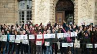 Des soutiens de Vincenzo Vecchi rassemblés le 15 novembre 2019 à Rennes devant le tribunal correctionnel [LOIC VENANCE / AFP]
