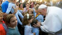 Le pape François rencontre des enfants des écoles catholiques à son arrivée à Rabat, le 30 mars 2019 au Maroc [Handout / Service de presse du Vatican/AFP]