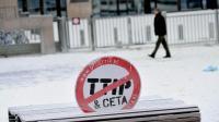 Une pancarte contre les traités TTIP et CETA, apposée devant l'entrée principale du Conseil européen, à Bruxelles, le 23 janvier 2017 [EMMANUEL DUNAND / AFP/Archives]