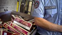 Un douanier devant un stock de cigarettes saisies  [Jeff Pachoud / AFP/Archives]