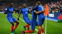 Dimitri Payet, félicité par Antoine Griezmann, après le 2e but des Bleus face à la Suède, au Stade de France, le 11 novembre 2016 [FRANCK FIFE / AFP]
