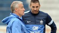 Le sélectionneur Didier Deschamps échange avec Karim Benzema lors d'une séance d'entraînement à Porto Alegre, le 6 juin 2013 [FRANCK FIFE / AFP/Archives]
