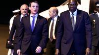 Le Premier ministre  Manuel Valls et le ministre de la Défense Jean-Yves Le Drian  accueillis par le Premier ministre Modibo Keita à leur arrivée le 18 février 2016 à Bamako   [MIGUEL MEDINA / AFP]