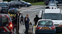 Des gendarmes bloquent la route près d'un  camp de gens de voyage à Roye (Somme), le 25 août 2015 après une fusillade mortelle [PHILIPPE HUGUEN / AFP/Archives]