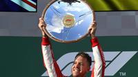 L'Allemand Sebastian Vettel (Ferrari) soulève le trophée après sa victoire au GP d'Australie ouvrant la saison de F1, le 25 mars 2018 à Melbourne  [SAEED KHAN / AFP]