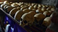 Des crânes humains exposés au Mémorial du génocide à Nyamata, dans l'église catholique où des milliers de personnes ont été massacrées en 1994, lors du génocide au Rwanda [Simon Maina / AFP/Archives]