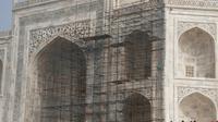 Des touristes visitent le Taj Mahal et passent devant des échafaudages installés pour rénover le monument, à Agra en Inde, le 3 janvier 2018 [DOMINIQUE FAGET / AFP]