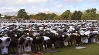 Des milliers de personnes prennent part à la prière du vendredi à Hagley Park à Christchurch, une semaine après la tuerie des mosquées [WILLIAM WEST / AFP]