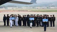 Les restes de soldats américains tués lors de la guerre de Corée sont transférés sur la base aérienne d'Osan le 27 juillet 2018 [Ahn Young-joon / POOL/AFP]