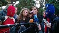 Nadejda Tolokonnikova (d) et Maria Alekhina des Pussy Riot répondent à la presse, le 20 février 2014, à Sotchi [Reuben Easey / AFP/Archives]