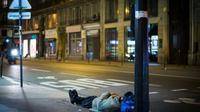 A peine plus d'un appel sur trois au 115, le numéro d'urgence des sans-abri, a abouti à une solution d'hébergement entre le 10 juin et le 10 juilllet, alors que le nombre d'appels a augmenté par rapport à l'été dernier, selon un baromètre publié mardi. [MARTIN BUREAU / AFP/Archives]