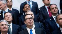 Le ministre américain des Finances Steven Mnuchin (C) lors d'une photo prise à l'occasion des réunions du FMI et du G-20, le 20 avril 2018 à Washington  [Brendan Smialowski / AFP]