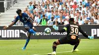 L'attaquant de Reims Boulaye Dia marque face au gardien de l'OM Steve Mandanda, le 10 août 2019 au Vélodrome [GERARD JULIEN / AFP]