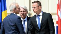 Le ministre britannique des Affaires européennes David Lidington (g) salue ses homologues hongrois et polonais à Varsovie le 27 juin 2016 [JANEK SKARZYNSKI / AFP]